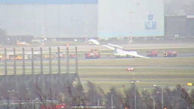 Hulpdiensten rukken uit voor vliegtuig naast landingsbaan op Schiphol