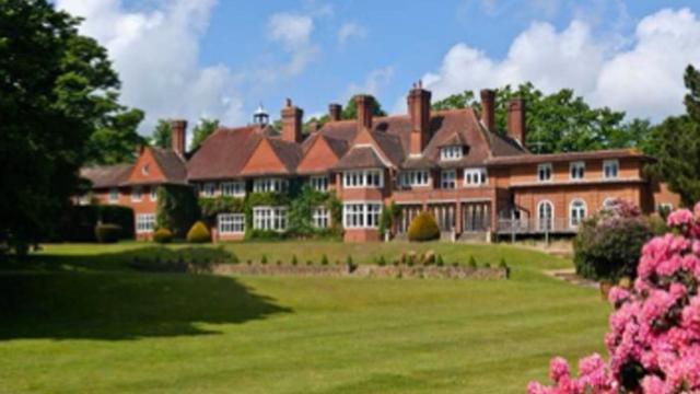 Adele geeft rondleiding in haar Britse landhuis