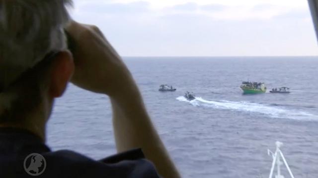 Marinefregat Van Amstel redt 150 migranten op zee
