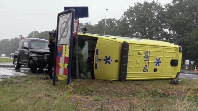 Ambulance eindigt op zijkant na botsing met twee voertuigen in Holten