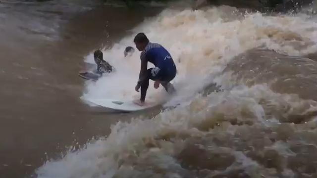 Australiërs surfen op wilde rivier na cycloon