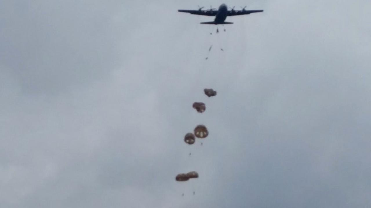 Parachutisten worden gedropt bij herdenking Slag om Arnhem