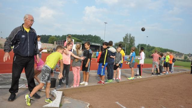 Scholieren werken zich in het zweet op sportdag