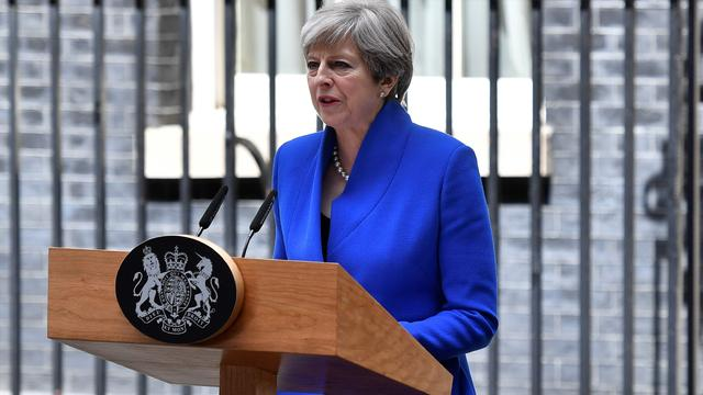 Britse premier May vormt regering in samenwerking met partij DUP