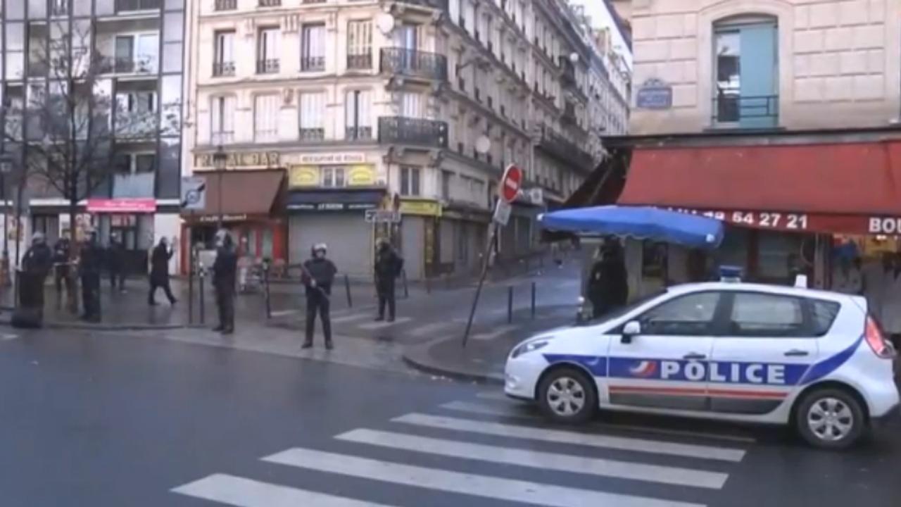 Man met 'nepbomvest' doodgeschoten bij politiebureau Parijs