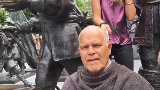 Emile Ratelband scheert hoofd kaal in vlog