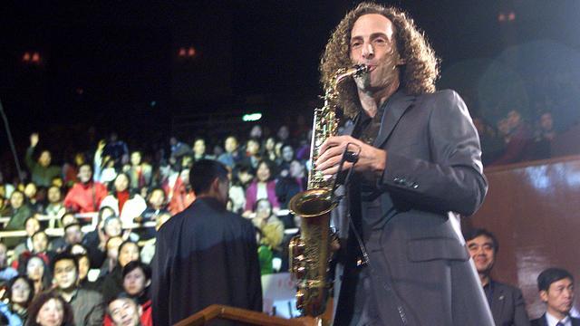 Saxofonist Kenny G geeft spontaan benefietconcert in vliegtuig