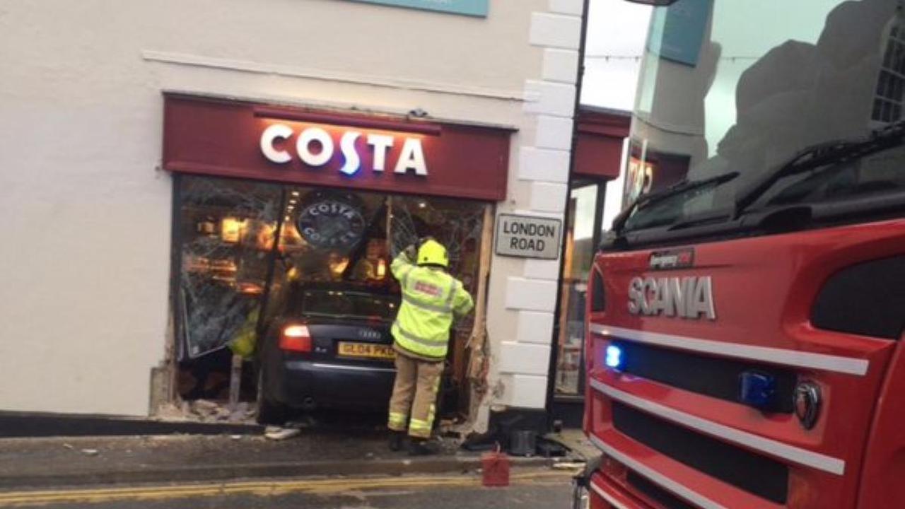 Auto rijdt koffiebar in Engeland binnen