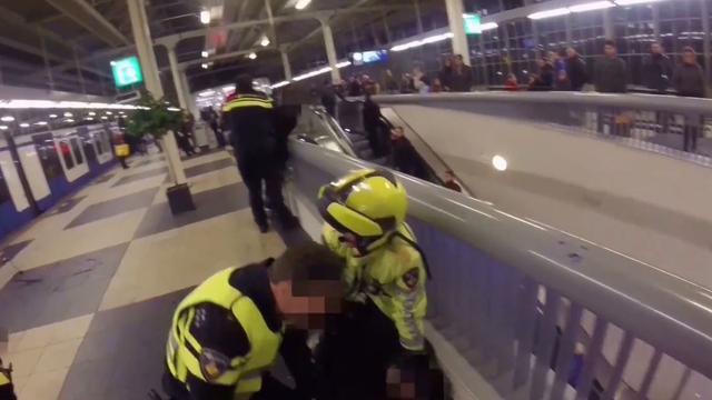 Politie toont beelden van arrestatie mannen bij Amstelstation