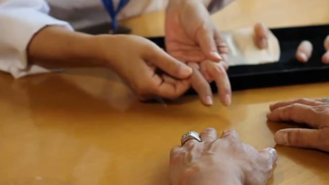 Japanse vrouw maakt vingerprotheses voor ex-bendeleden