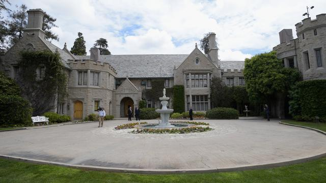 Buurman Hugh Hefner koopt Playboy Mansion