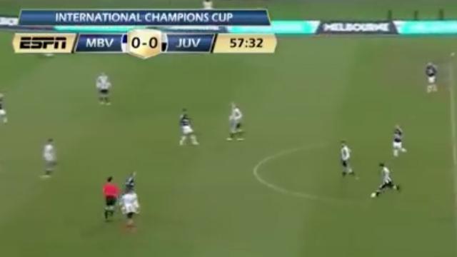Speler van Juventus scoort vanaf de middenlijn
