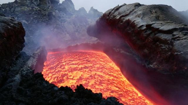 Lavastroom van honderden meters komt naar beneden langs vulkaan Etna