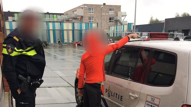 Politie leert jongen lesje met poetsbeurt politieauto