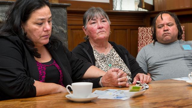 Familie Henriquez voelt zich belemmerd door afschermen namen agenten