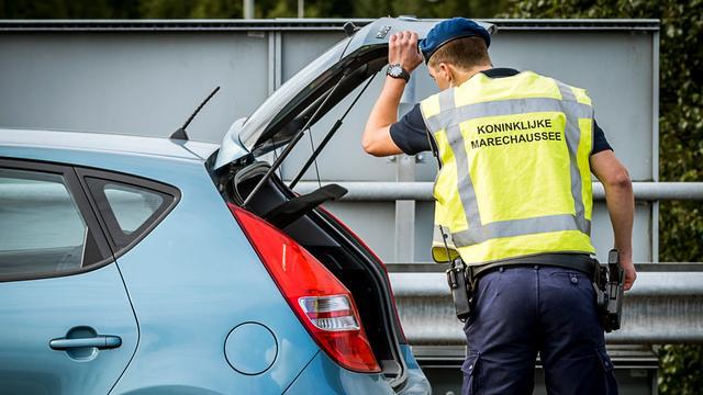 Politie pakt Belg met neppistool in auto op bij Schiphol