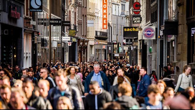 Winkeliers Kalverstraat willen van 'doelloos rondlopende' bezoekers af