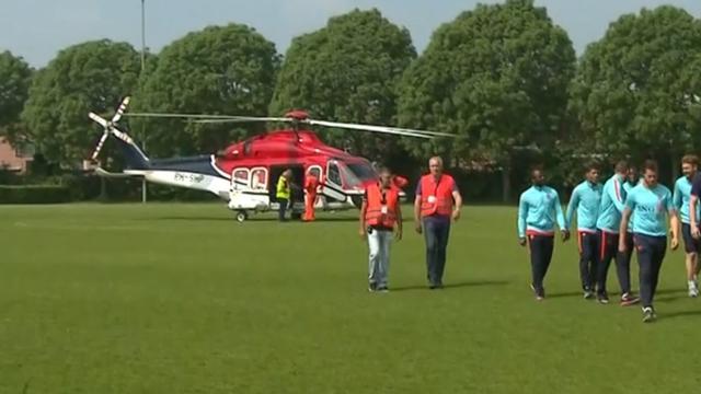 Voetballers Oranje met helikopter naar fandag voor kinderen