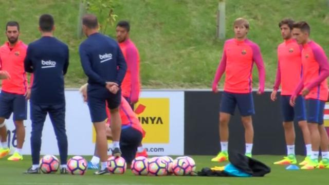 Messi toont nieuw geverfde haar bij training Barcelona