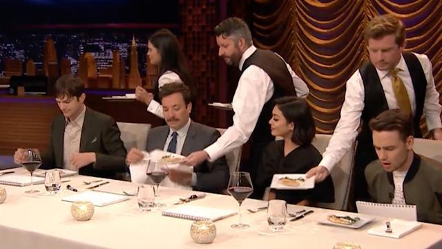 Ashton Kutcher spuugt vanwege geheime recepten bij The Tonight Show