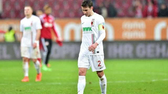 FC Augsburg moet Verhaegh weken missen wegens spierblessure