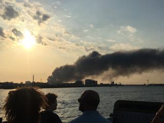 Brandweer laat loods gecontroleerd uitbranden