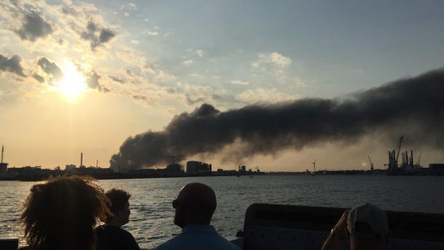Brandweer hele nacht druk met brand Westelijk Havengebied Amsterdam