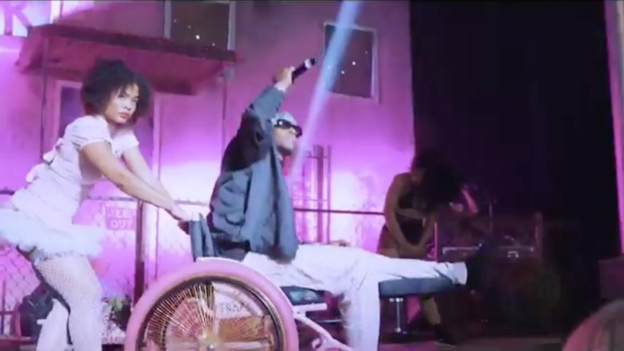 Rapper 2 Chainz treedt op met gebroken been