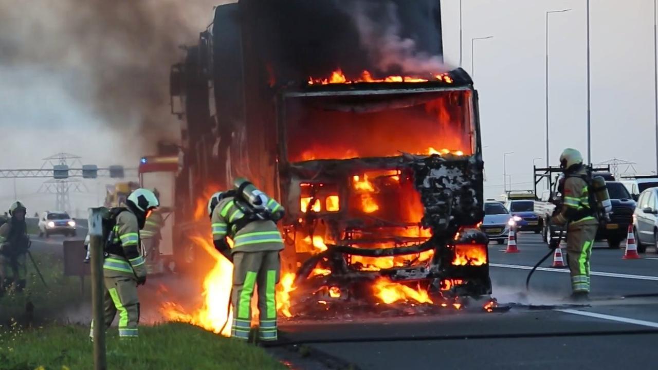 Cabine van vrachtwagen brandt volledig uit op A2 bij Vinkeveen