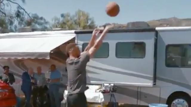 Stephen Curry schiet bal door open dak van auto