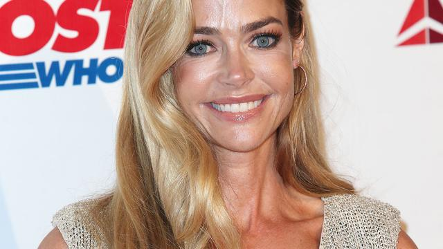Denise Richards klaagt Charlie Sheen aan
