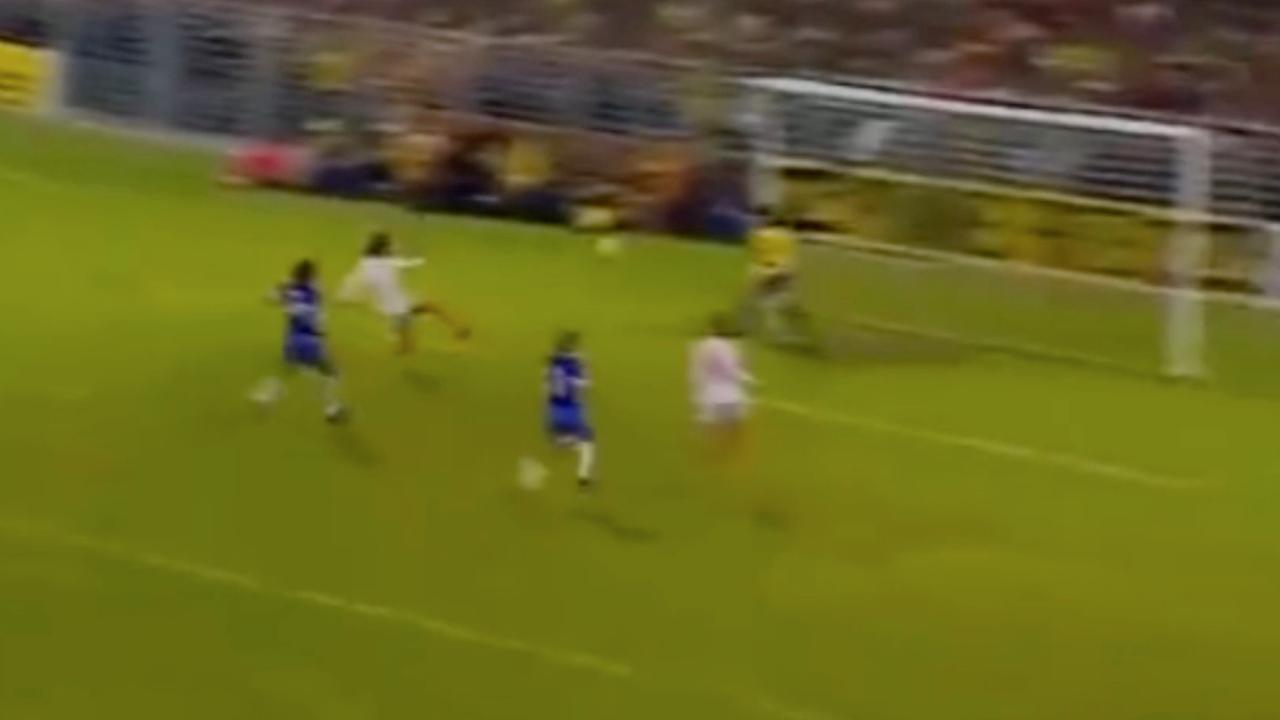 Cruijff scoort geweldig tegen Brazilië tijdens WK 1974