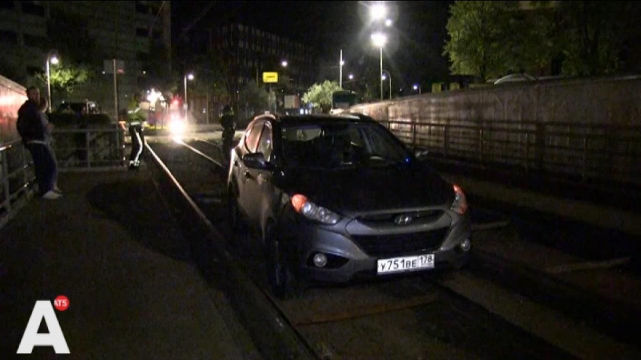 Toeristen rijden auto vast op open tramrails