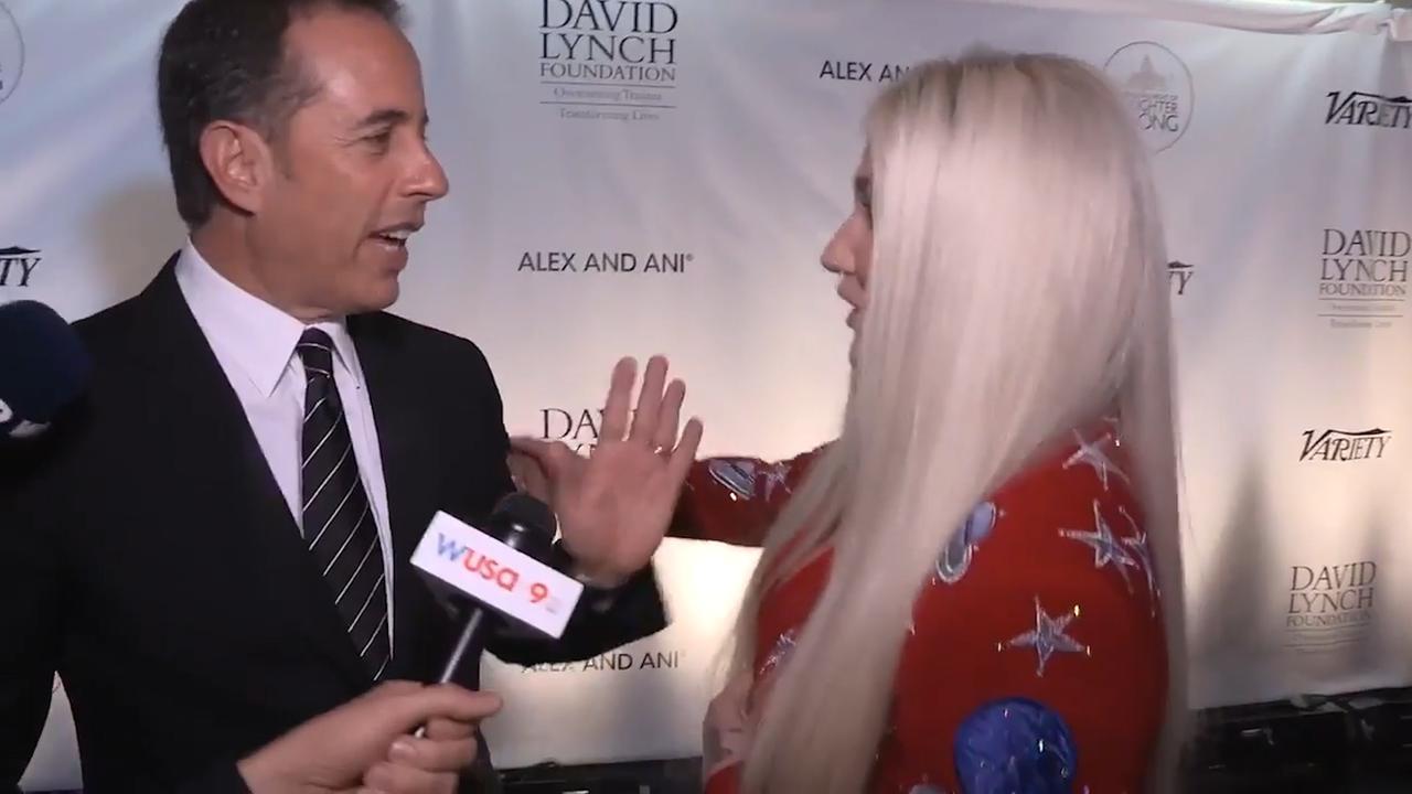 Jerry Seinfeld weigert Kesha te knuffelen tijdens interview