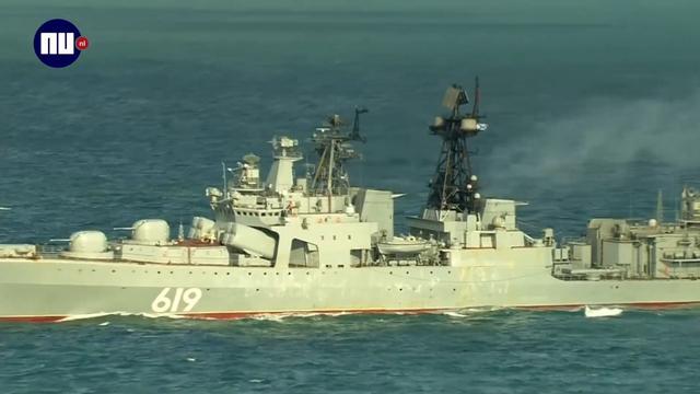 Russische marineschepen varen door het Kanaal