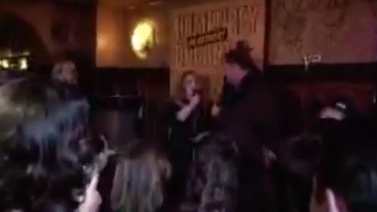 Anouk zingt Hazes in Amsterdamse kroeg