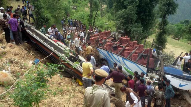 Meer dan vijftien doden door busongeluk India