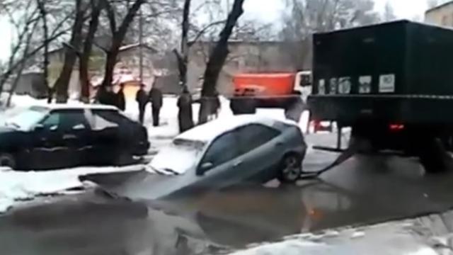 Auto uit sinkhole takelen gaat mis