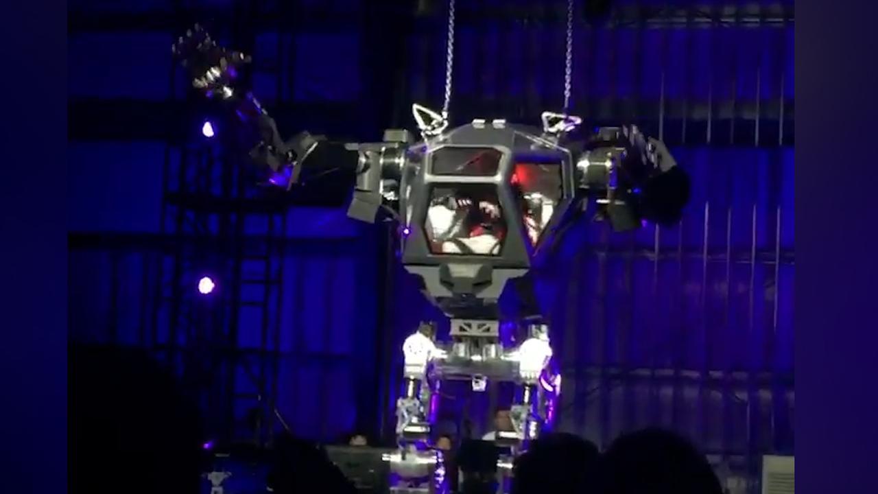 Amazon-CEO bestuurt reuzenrobot