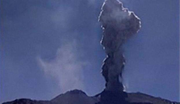 Sabancaya-vulkaan Peru spuwt as tot 4.000 meter hoogte boven krater
