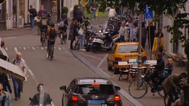 'Drugsdealers Haarlemmerstraat komen achter klanten aan naar binnen'