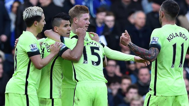 Agüero schiet City langs Hiddinks Chelsea, United wint nipt van Villa