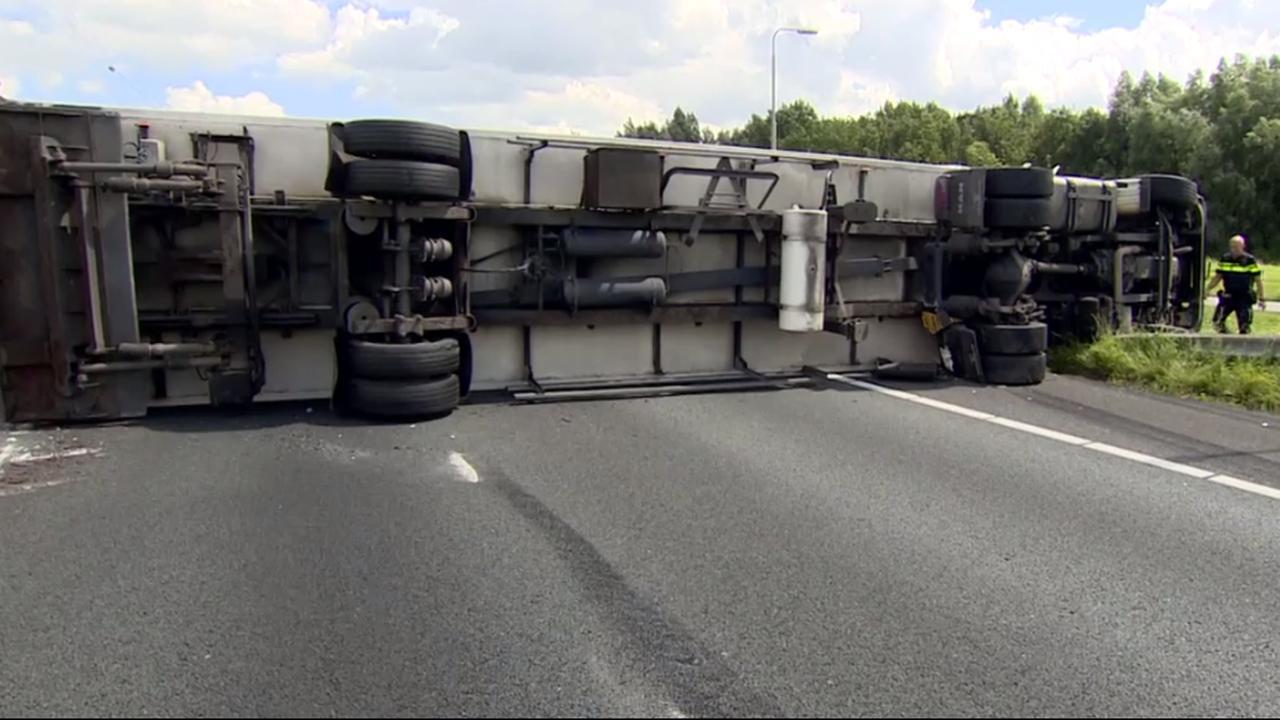 A15 naar Gorinchem urenlang dicht door gekantelde vrachtwagen
