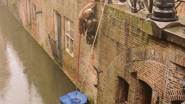 Man riskeert nat pak voor andermans paraplu