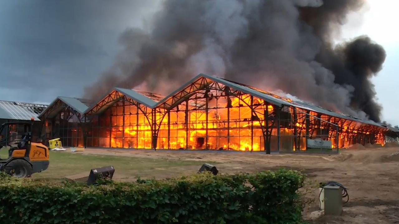Grote brand in tuinmeubelbedrijf in Gelders dorp Uddel