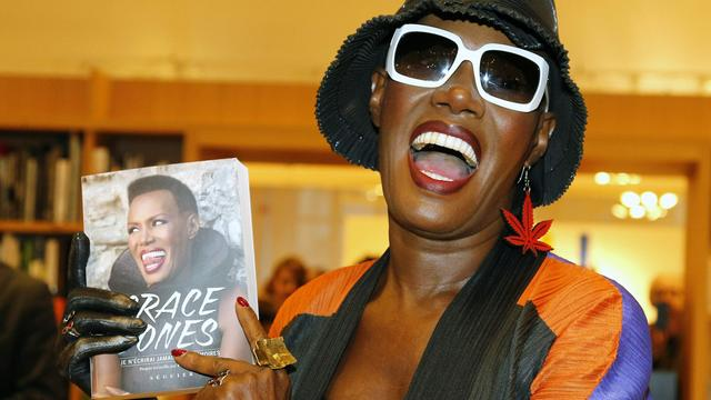 Grace Jones signeert eigen biografie in Amsterdam