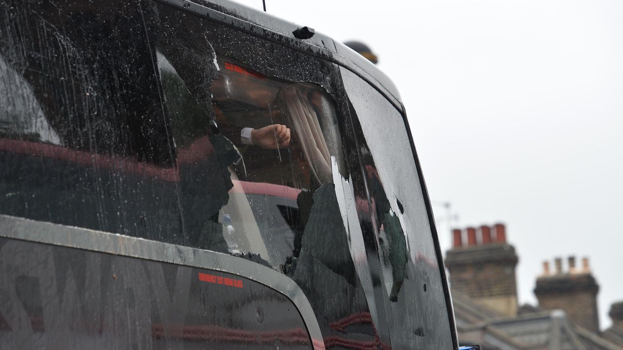 Manchester United-bus aangevallen door fans West Ham United