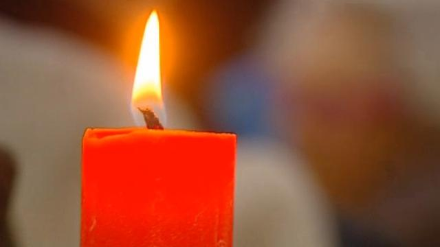 Bezoekers De Trut steken kaarsjes aan voor slachtoffers Orlando