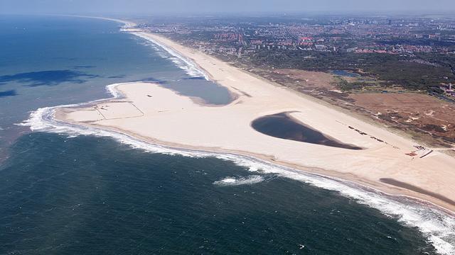 Kunstmatige zandbank voor kust Zuid-Holland werkt langzamer dan verwacht