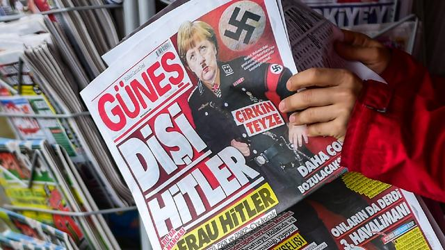 Turkse krant plaatst Angela Merkel met Hitler-snor op voorpagina